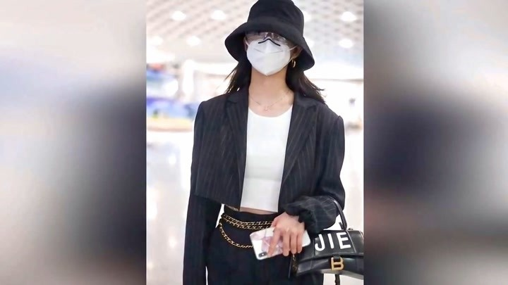 周潔瓊現身機場,黑色條紋套裝帥酷出街,時尚個性超有型