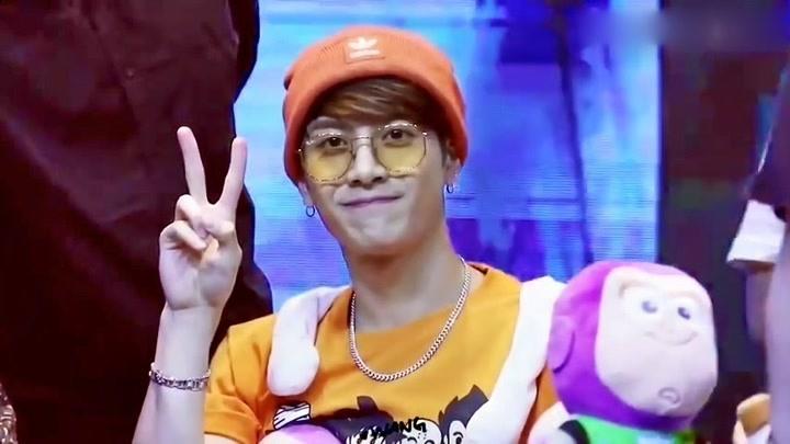 【王嘉爾】被巴斯光年包圍的橙色毛線帽嘉爾