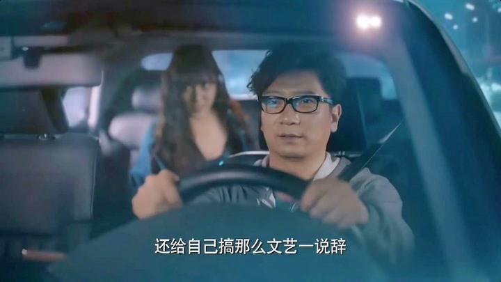 美女在出租車里換衣服把司機都看呆了,還能不能司機好好開車