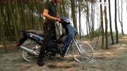 老外给摩托车轮焊上一圈钢钉,启动后能正常行驶吗?10秒后意外