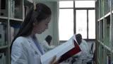 產科醫生:產婦多次發燒,女醫生檢查不出問題,默默查醫書!